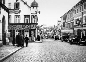 NS-Aufmarsch in den 1930er Jahren, links Rathaus, rechts Gasthaus Kirchmeir (Foto:Schloßmuseum Murnau)