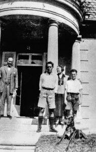 Familie Horváth vor ihrem Haus in Murnau im Jahr 1925, in der Bildmitte Ödön von Horváth. (Foto: Schloßmuseum Murnau)