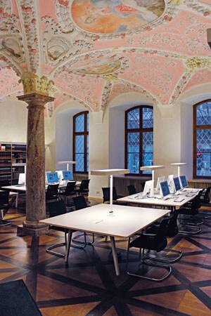 Lesesaal von Archiv und Bibliothek in der barocken ehemaligen Sakristei des Metropolitankapitels München (Erzdiözese München und Freising)